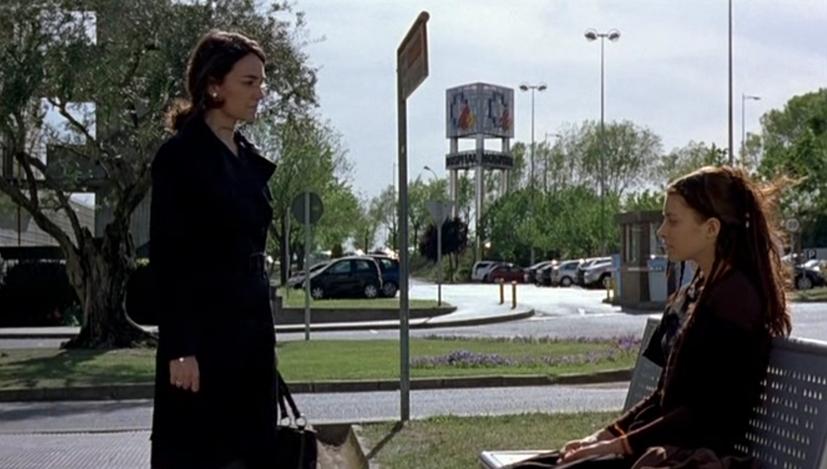 Eloïse pel.lícula, Jesus Garay (2009). Escena al final on la mare d´Àsia es despedeix d'Eloïse asseguda en un banc.